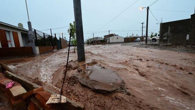 Más de 1500 evacuados y 1 muerto por la inundaciones de Neuquén