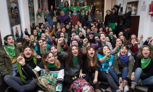 Tomas de colegios en apoyo a la ley del aborto
